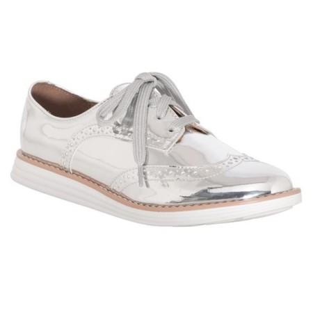 cf16e869f1 A C A apresenta opções de calçados metalizados